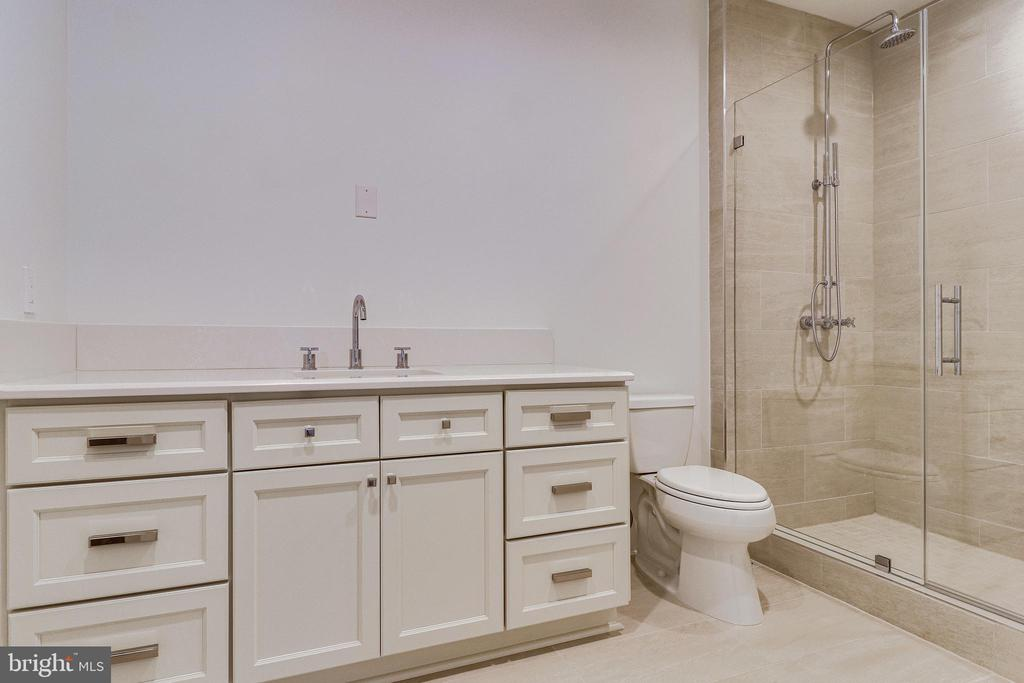 Baths finished in imported Italian cermaics - 620 RIVERCREST DR, MCLEAN