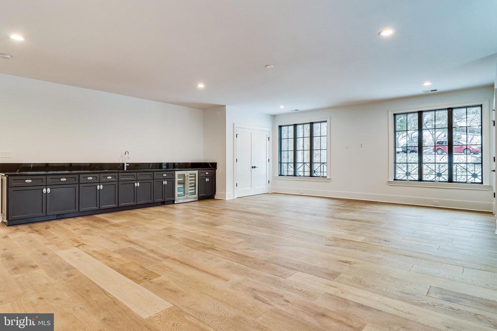 The upper level family room, studio or bedroom - 620 RIVERCREST DR, MCLEAN