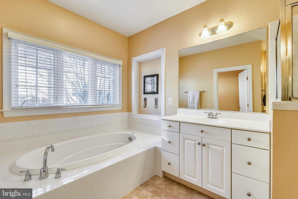 2 separate vanities - 47642 MID SURREY SQ, STERLING