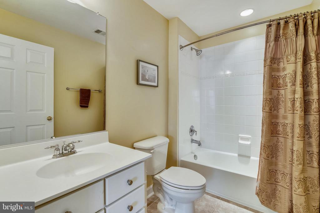Private Bath - 47642 MID SURREY SQ, STERLING