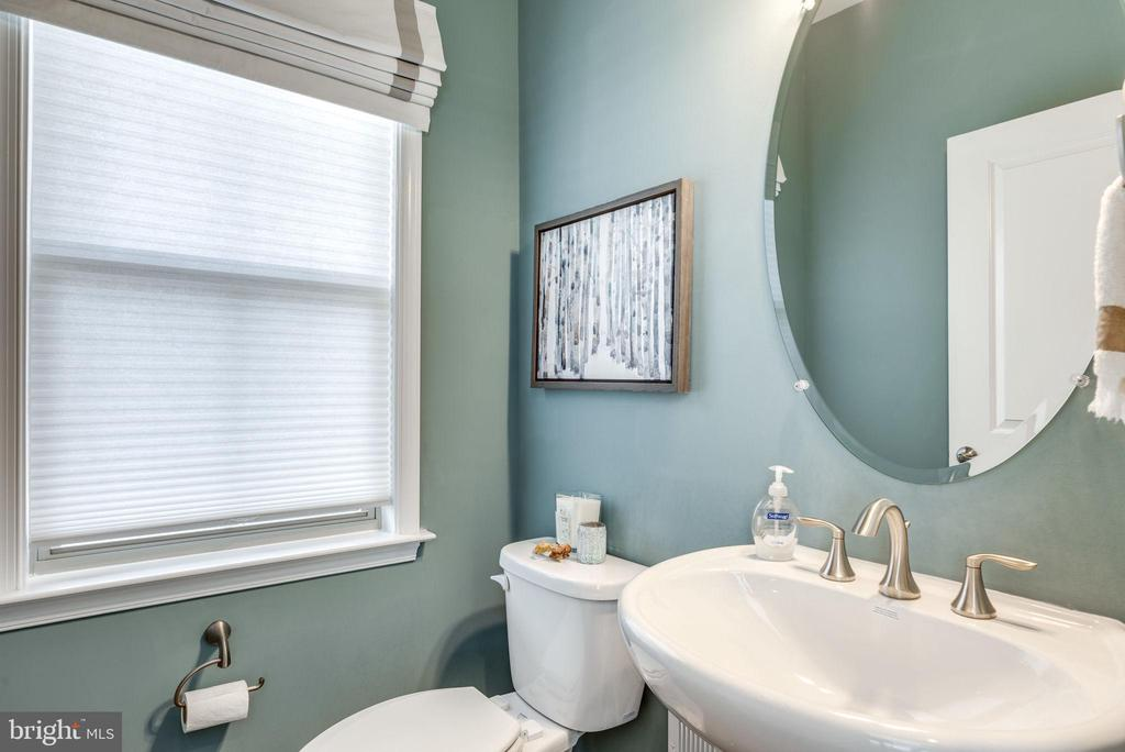 Convenient half bath - 44521 FIERY SKIPPER TER, ASHBURN