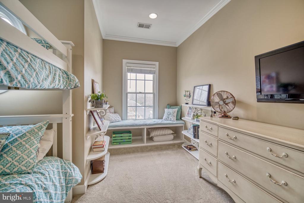 Second Bedroom has Custom Window Bench - 18541 BEAR CREEK TER, LEESBURG