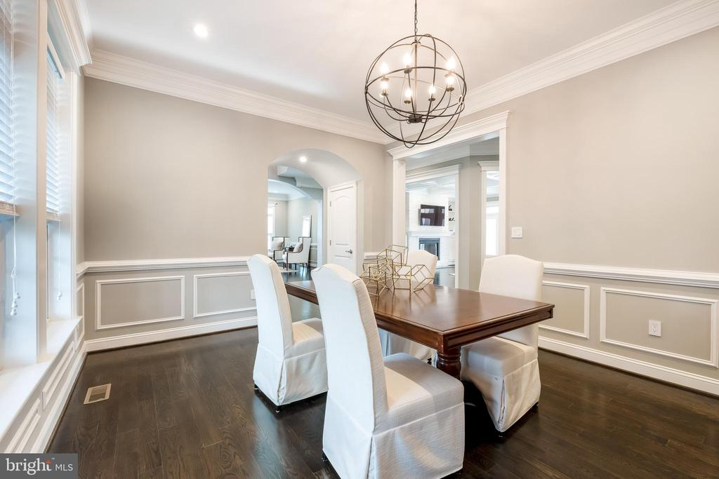 Formal Dining with Wonderful Butlers Pantry - 10713 ROSEHAVEN ST, FAIRFAX