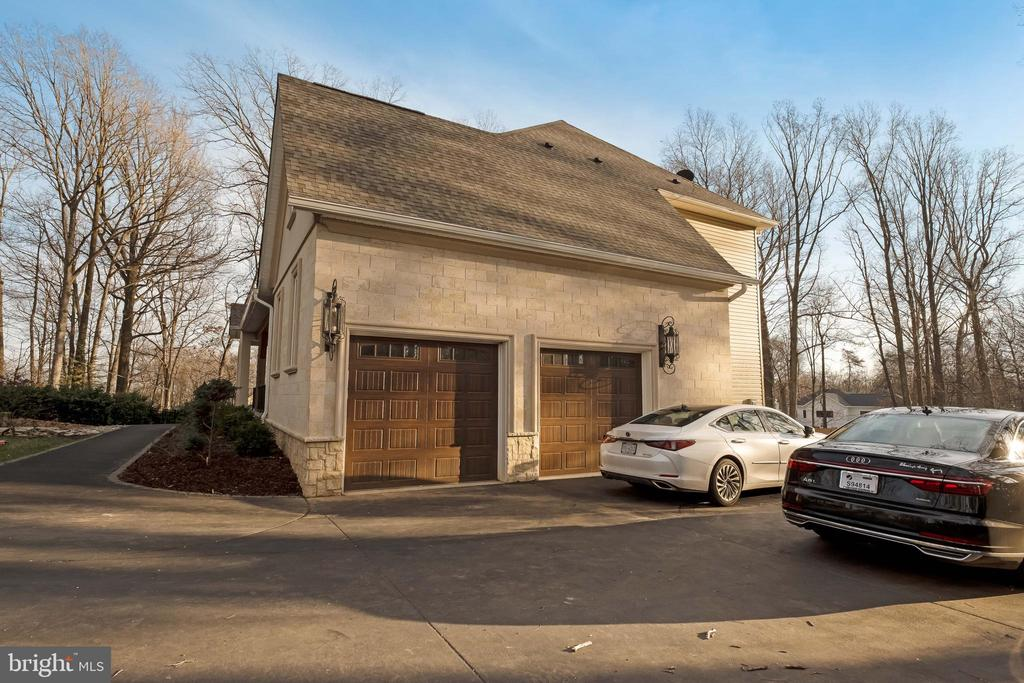 2 Car Garage, Long Driveway, Beautiful Curb Appeal - 10713 ROSEHAVEN ST, FAIRFAX