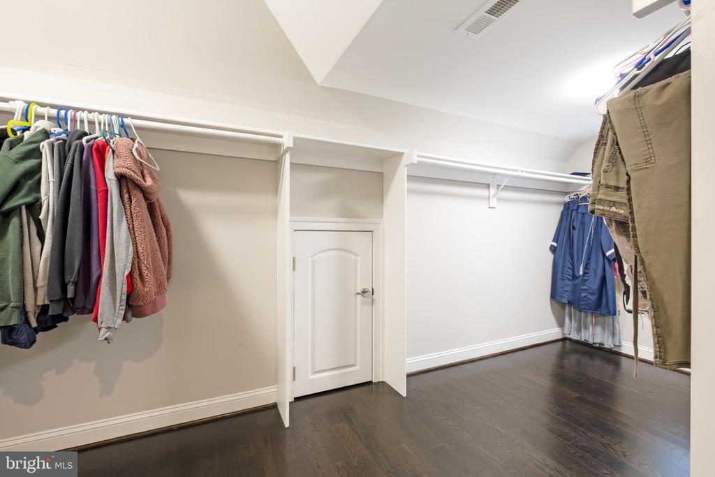 Huge ensuite Closet w/beautiful wood floors - 10713 ROSEHAVEN ST, FAIRFAX