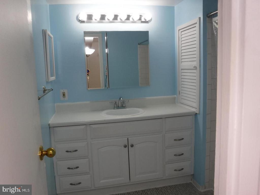 BathBath - 2605 HUNTINGTON AVE #66, ALEXANDRIA