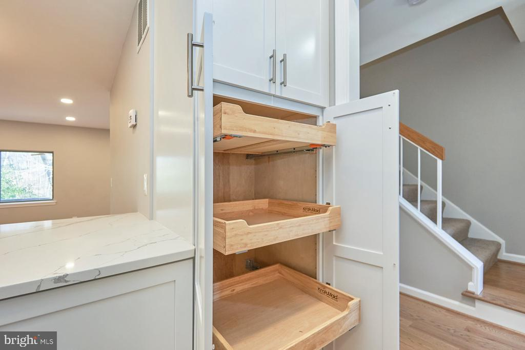 Pull out pantry - 11817 COOPERS CT, RESTON