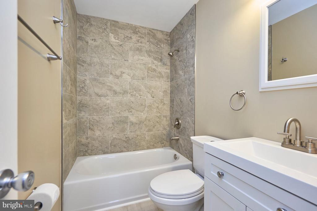 Remodeled hall bath - 11817 COOPERS CT, RESTON