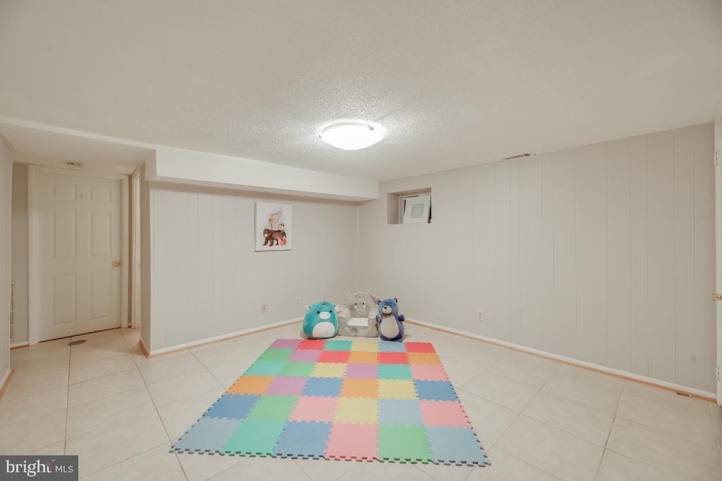 LL rec room perfect for a media/ play room - 3035 S BUCHANAN ST #A1, ARLINGTON
