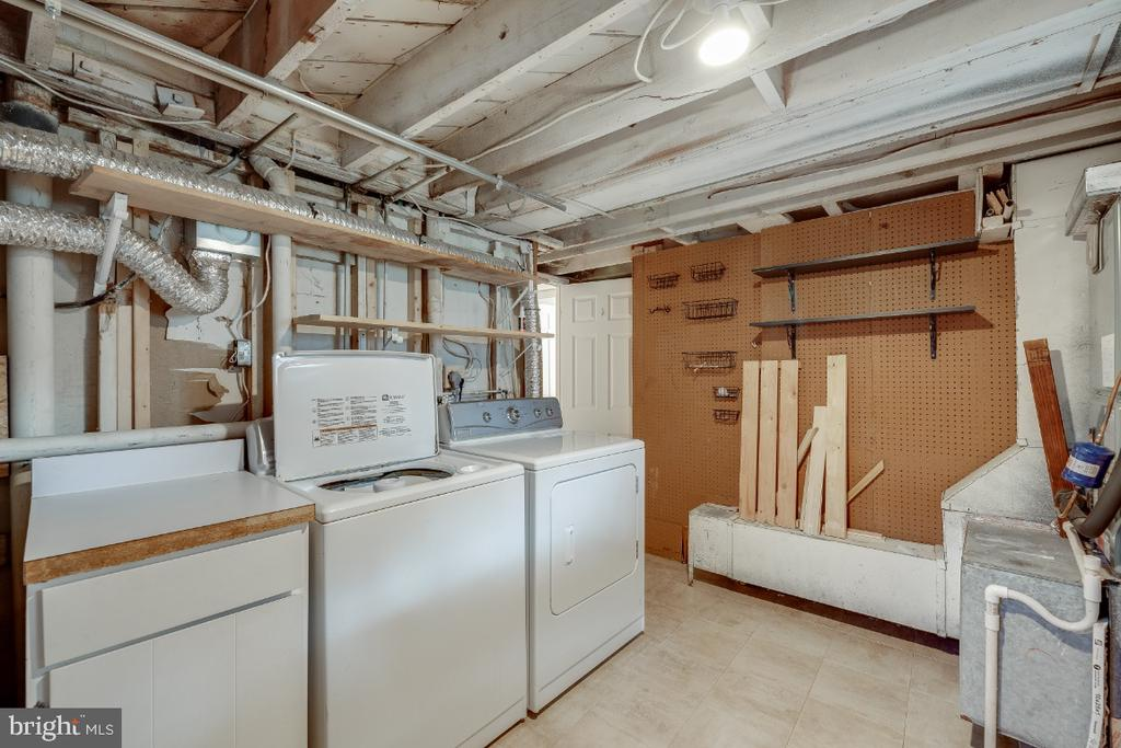 Laundry room with extra storage - 3035 S BUCHANAN ST #A1, ARLINGTON