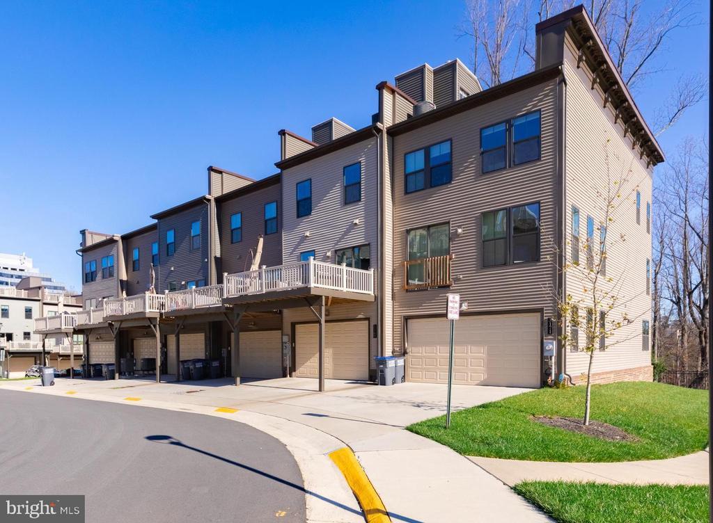 Entrance to wide 2 car garage - 3167 VIRGINIA BLUEBELL CT, FAIRFAX