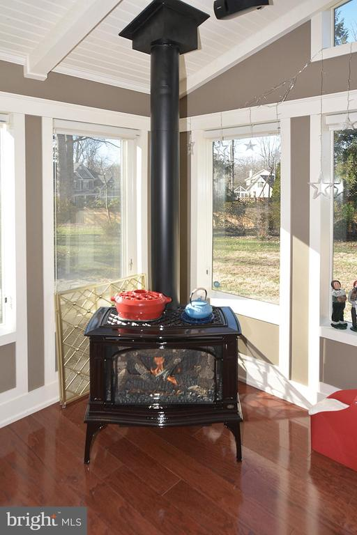 FAMILY ROOM/SUNROOM GAS FIREPLACE - 2336 ADDISON ST, VIENNA