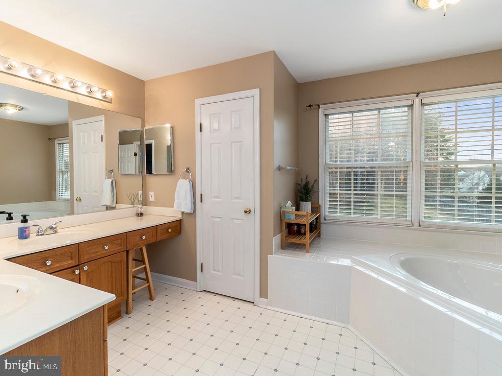Dual vanity bathroom - 20 BRUSH EVERARD CT, STAFFORD