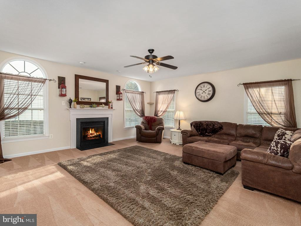 Cozy Family Room off Kitchen - 20 BRUSH EVERARD CT, STAFFORD
