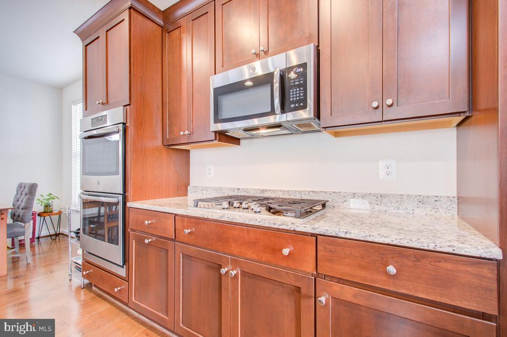 Double Oven, Built-in Microwave. - 5502 HAWK RIDGE RD, FREDERICK