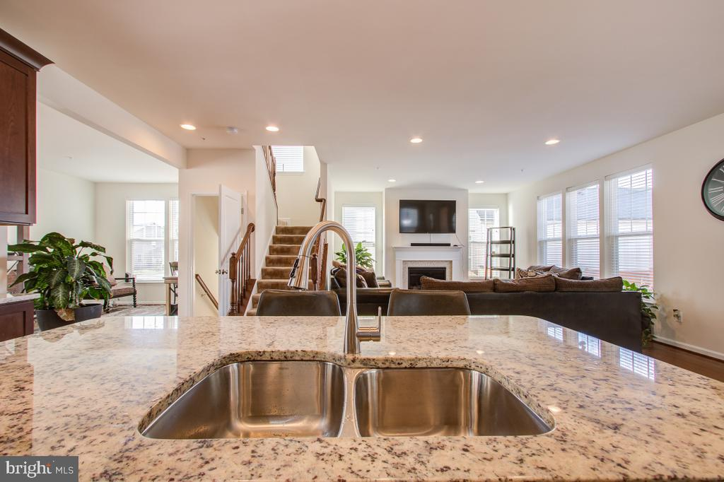 Full of light. Kitchen opens to the Family Room - 5502 HAWK RIDGE RD, FREDERICK