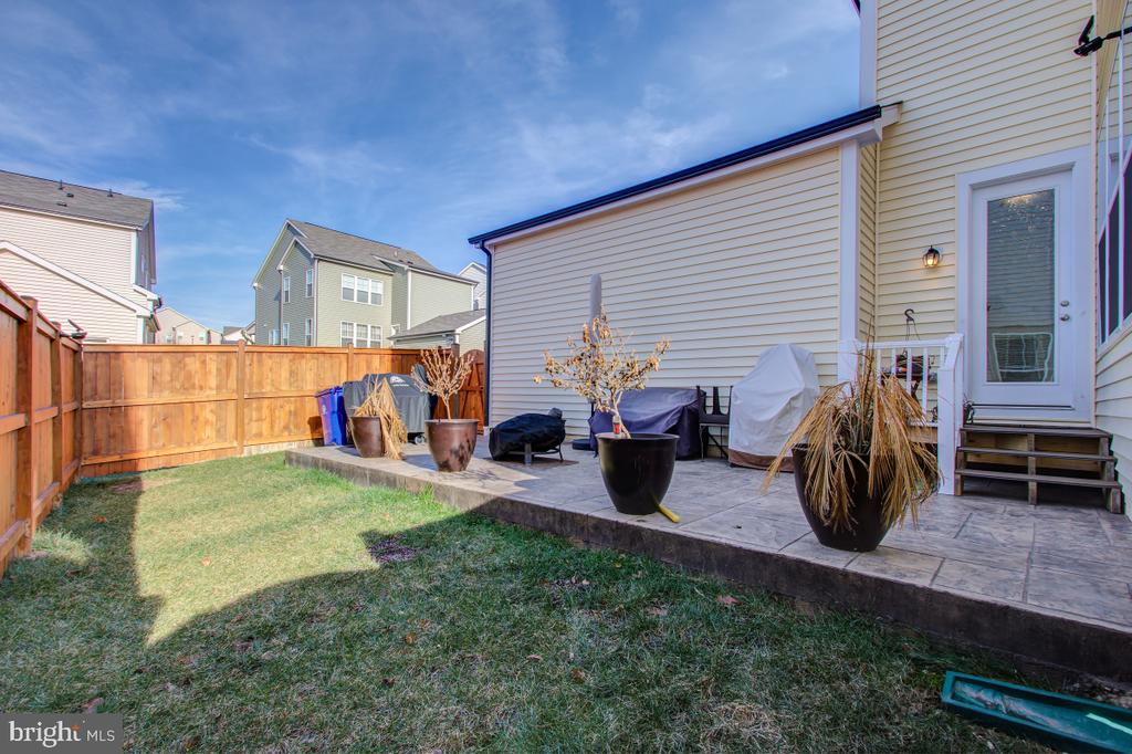 Fenced back yard ready for cookouts. - 5502 HAWK RIDGE RD, FREDERICK