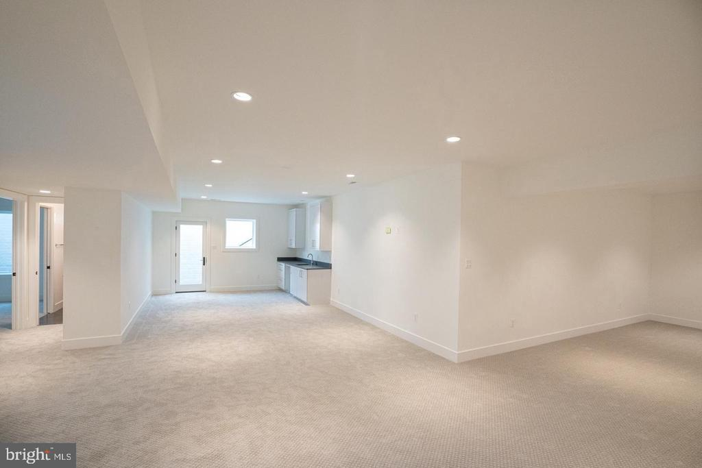 Open plan, finished basement - 110 TAPAWINGO RD SW, VIENNA