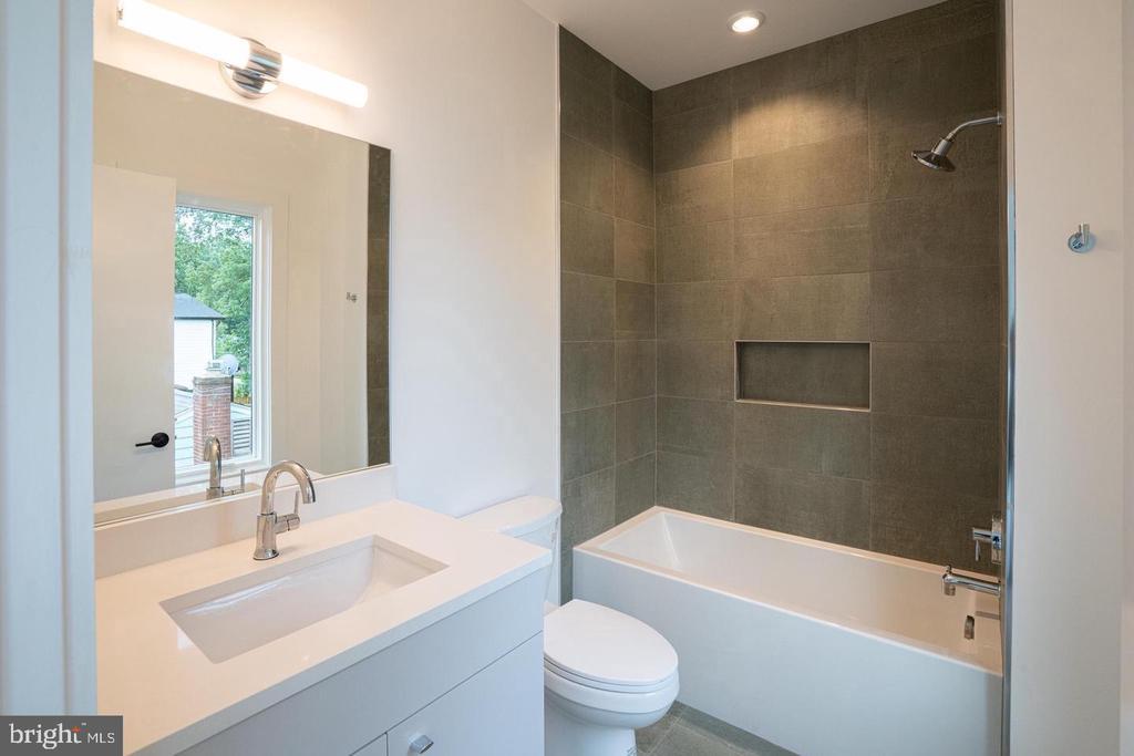 Upper level bath - 110 TAPAWINGO RD SW, VIENNA