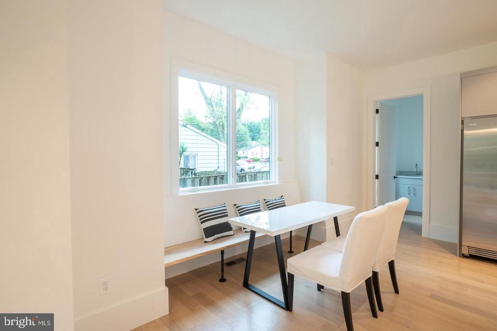 Breakfast bench with larger windows - 110 TAPAWINGO RD SW, VIENNA