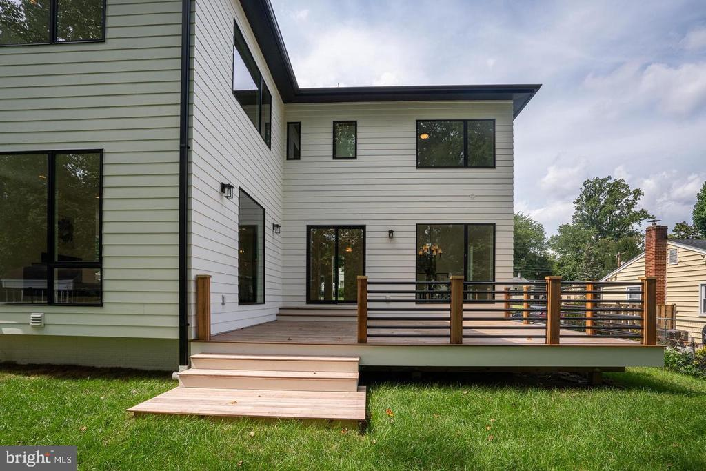 Deck blends to yard - 110 TAPAWINGO RD SW, VIENNA