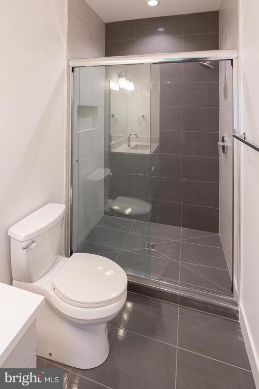 Shower, glass - 110 TAPAWINGO RD SW, VIENNA