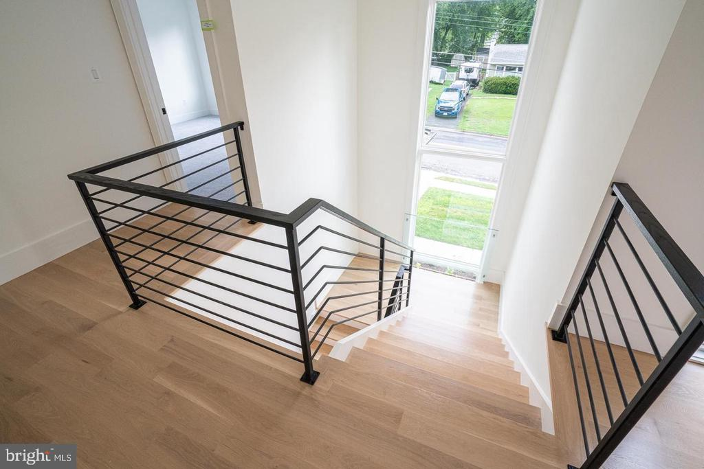 17' of windows in stair area! - 110 TAPAWINGO RD SW, VIENNA
