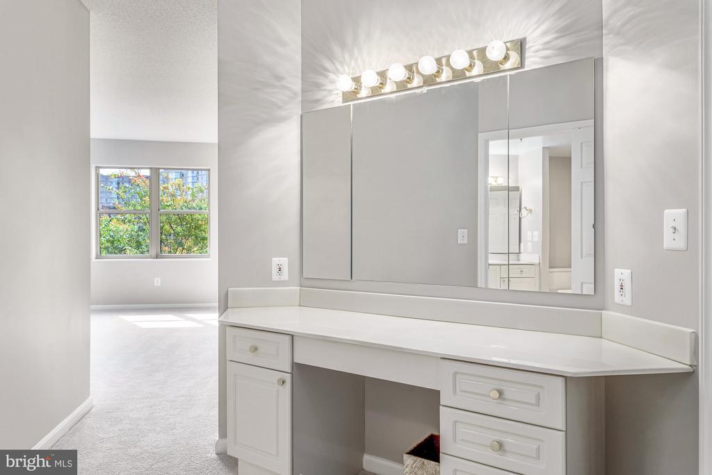 Owner's Bathroom features separate vanity - 19360 MAGNOLIA GROVE SQ #212, LEESBURG