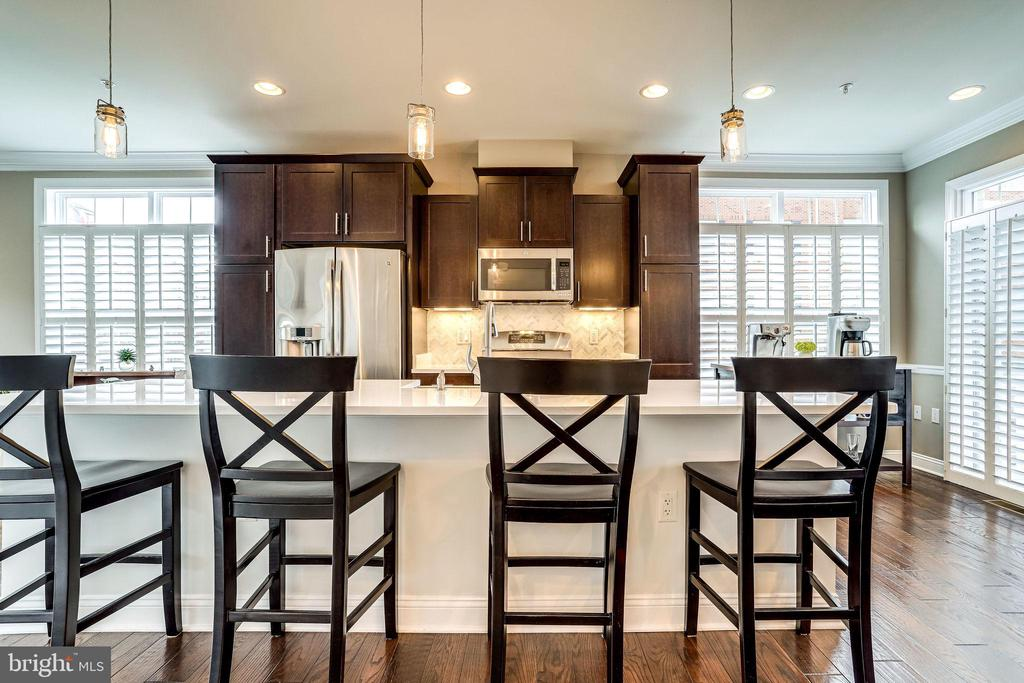 Kitchen with breakfast bar seating for 4 - 4349 4TH ST N, ARLINGTON
