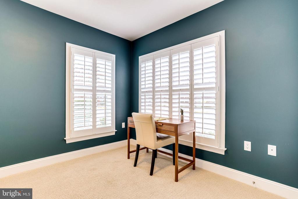 Entry level office/bedroom - 4349 4TH ST N, ARLINGTON