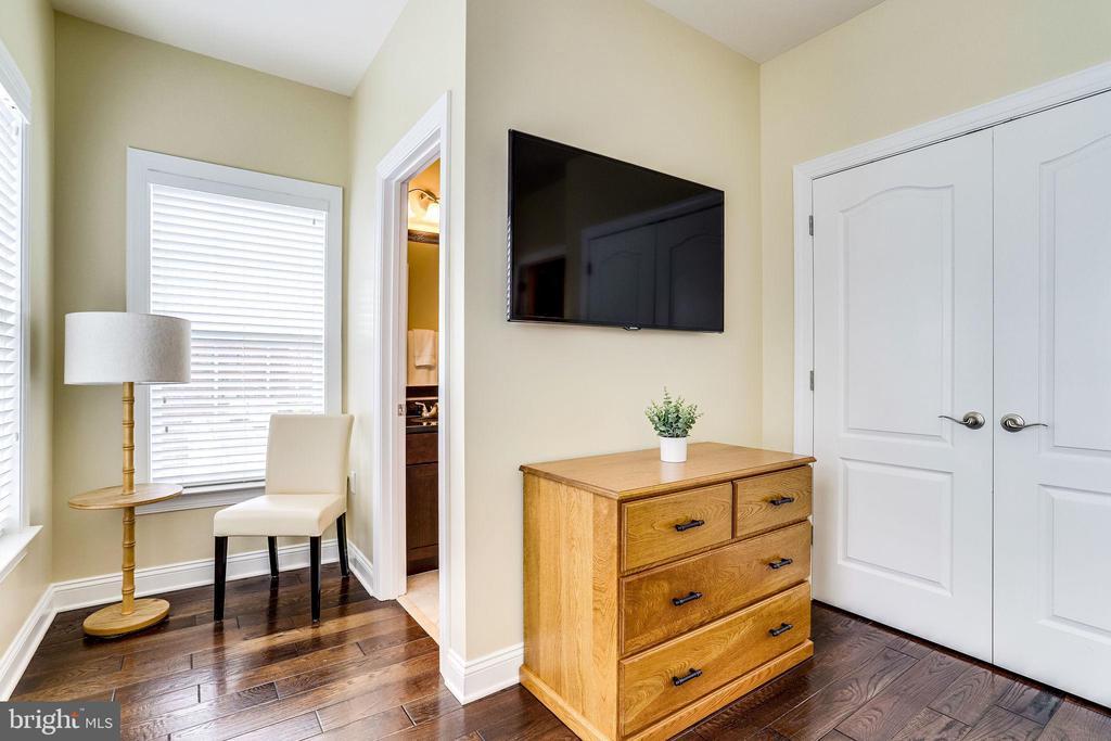 Bedroom 2 with en suite bath - 4349 4TH ST N, ARLINGTON