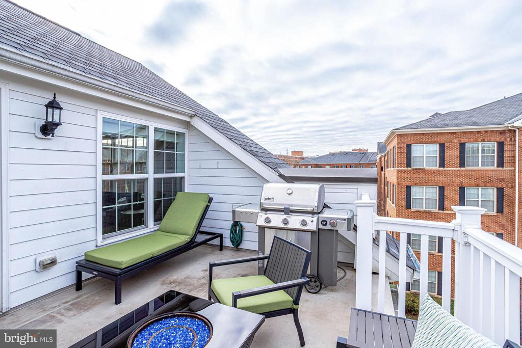 Rooftop deck with plenty of room to lounge - 4349 4TH ST N, ARLINGTON