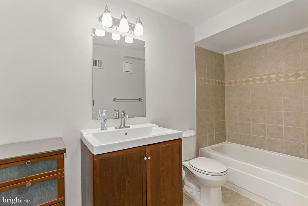 Remodeled Bath - 8110-E COLONY POINT RD #218, SPRINGFIELD
