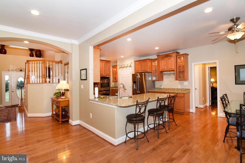 Kitchen counter seating - 42070 SADDLEBROOK PL, LEESBURG
