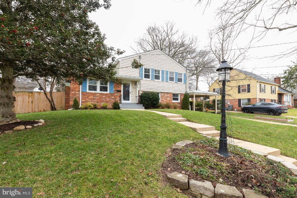 Set back from the street by a large front yard - 1064 DALEBROOK DR, ALEXANDRIA