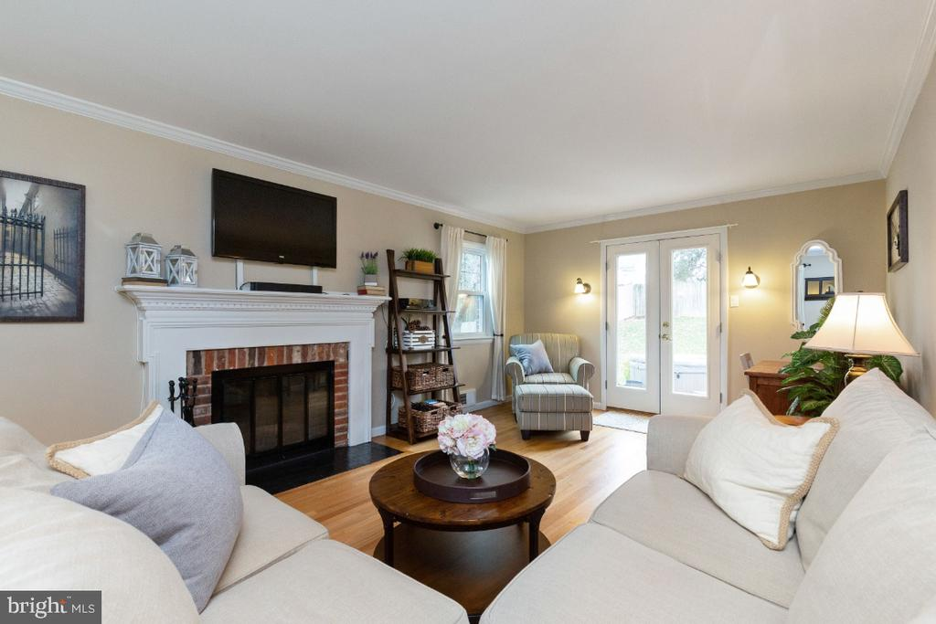 Spacious living room leading to patio - 1064 DALEBROOK DR, ALEXANDRIA