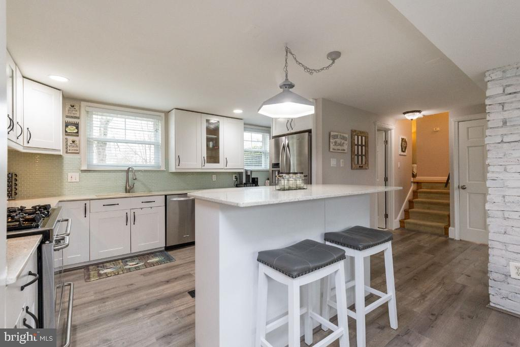 Gorgeous bright & spacious kitchen - 1064 DALEBROOK DR, ALEXANDRIA
