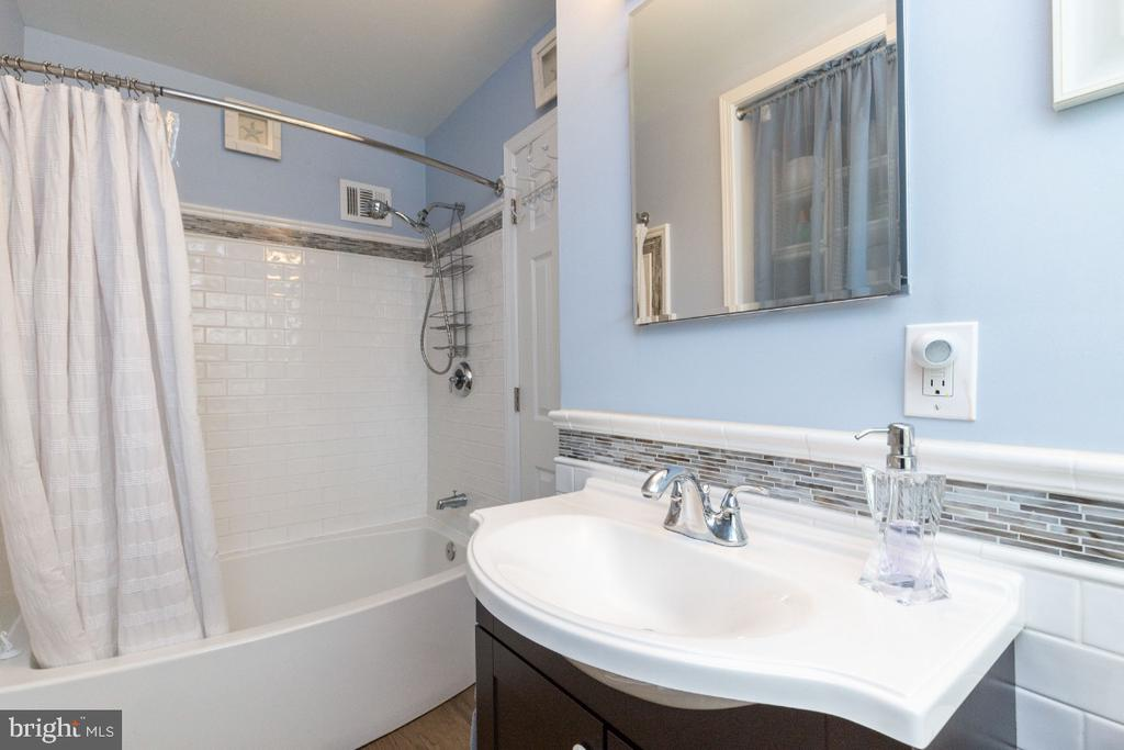 Gorgeous tile covering most of the bathroom - 1064 DALEBROOK DR, ALEXANDRIA
