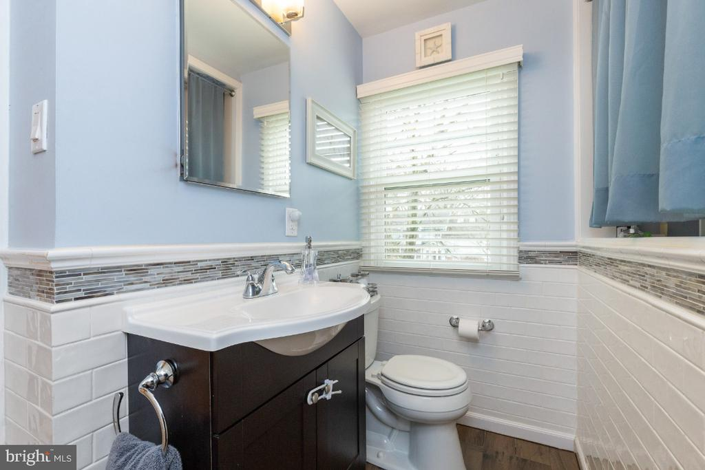 Full bathroom upstairs - 1064 DALEBROOK DR, ALEXANDRIA