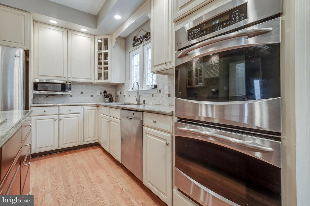 Double-Oven & Granite Counters - 43216 LINDSAY MARIE DR, ASHBURN