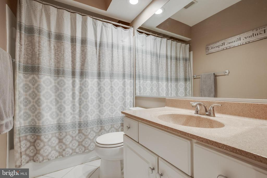 Upper Hall Bathroom - 43216 LINDSAY MARIE DR, ASHBURN