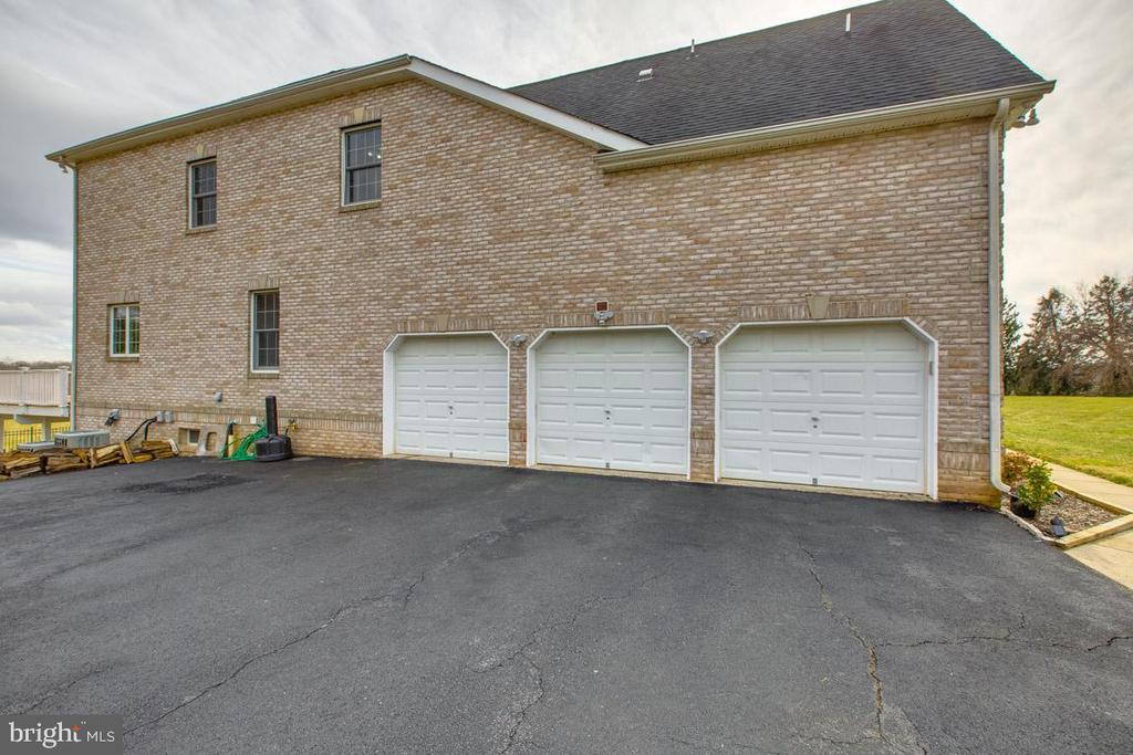 3 car garage with extra parking - 41205 CANONGATE DR, LEESBURG