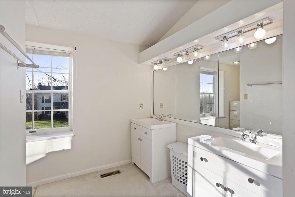 spacious primary bathroom - 21108 MIDDAY LN, STERLING