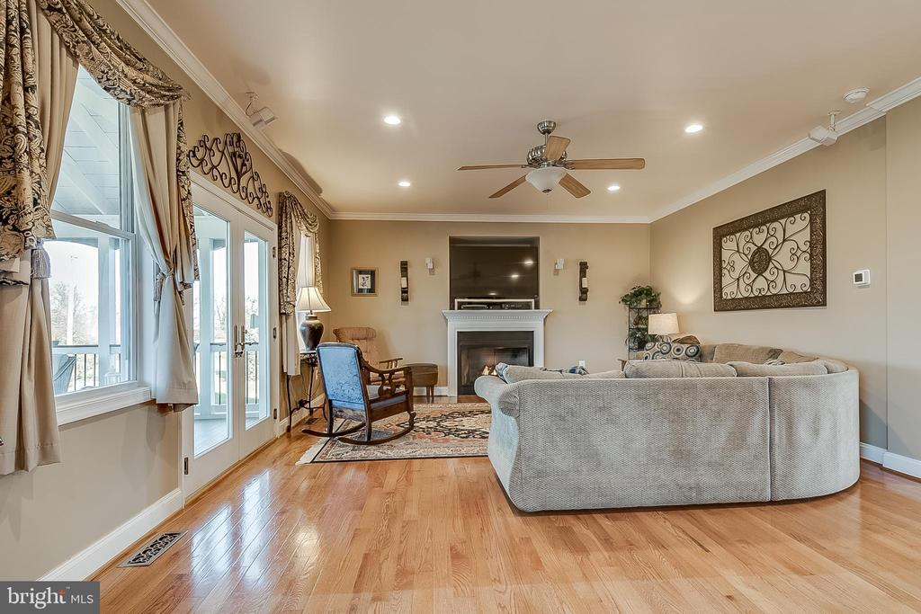 Family room flows to screened porch - 42070 SADDLEBROOK PL, LEESBURG