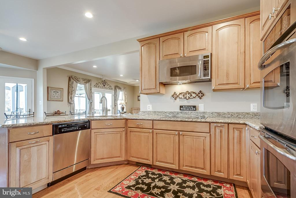 Tons of cabinet space - 42070 SADDLEBROOK PL, LEESBURG