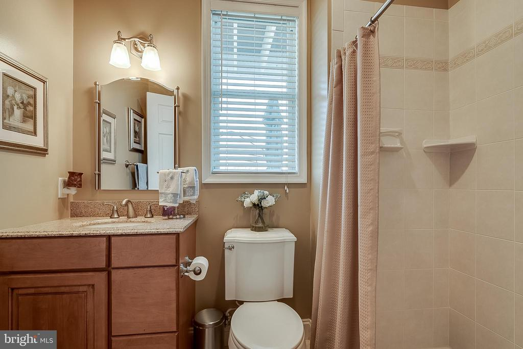 Main level full bath attached to office/bedroom - 42070 SADDLEBROOK PL, LEESBURG