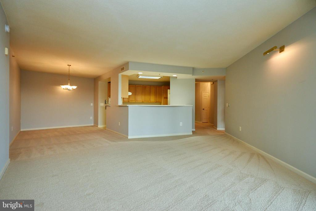 Living room open to kitchen - 19350 MAGNOLIA GROVE SQ #407, LEESBURG