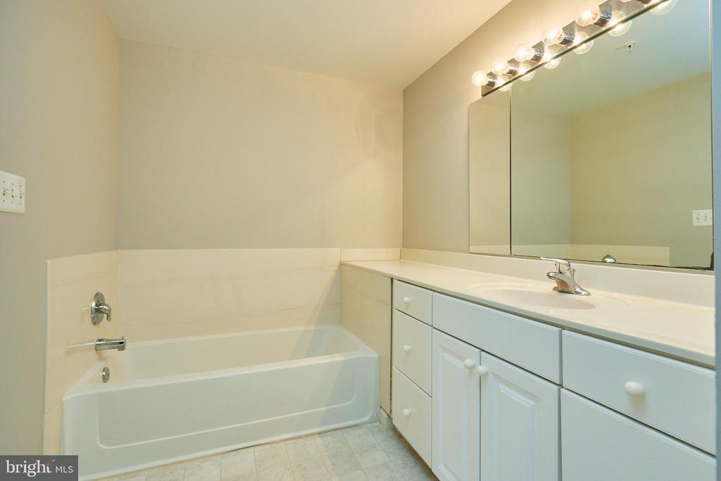Bath and shower in primary bathroom - 19350 MAGNOLIA GROVE SQ #407, LEESBURG