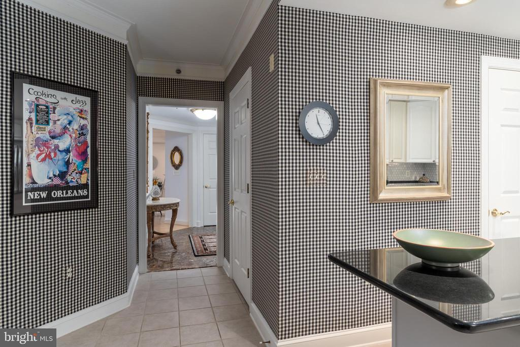 Striking Kitchen with Black and White Elements - 1555 N COLONIAL TER #100, ARLINGTON