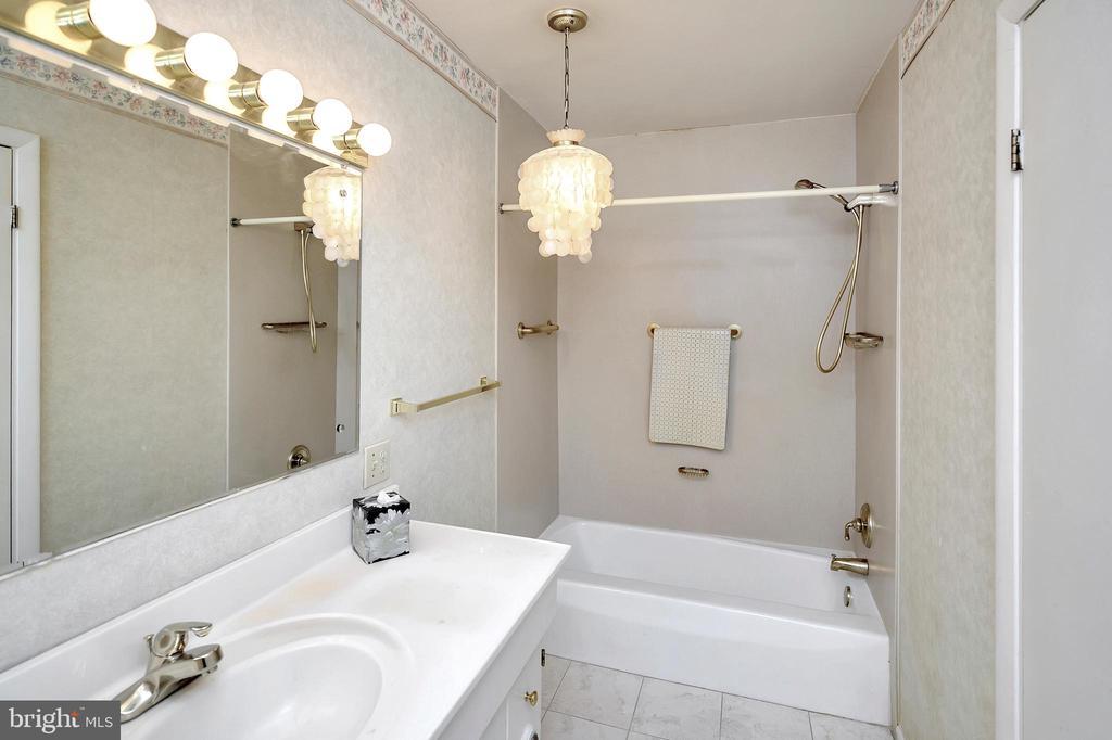 master bath 2 - 116 WASHINGTON ST, LOCUST GROVE